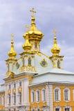 安置全部宫殿Peterhof的东部教堂。 免版税库存照片