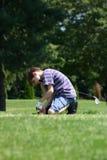 安置发球区域的男孩高尔夫球 免版税库存照片
