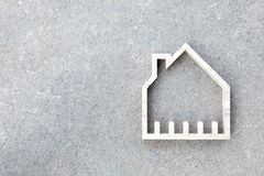 安置在具体背景,家庭建筑的象 免版税库存照片