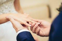 安置定婚戒指的新郎 库存照片