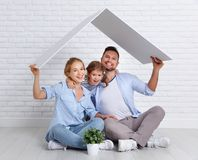安置年轻家庭的概念 母亲父亲和孩子新的h的 库存照片