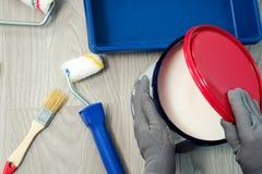 安置整修,油漆能在与拷贝空间的老木背景 免版税库存图片