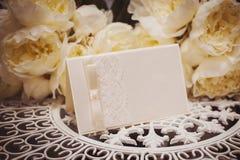 安置文本的空的卡片围拢由您的文本的花 库存照片