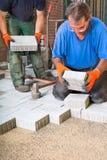 安置新的铺路石的建造者入位置 库存图片