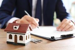 安置模型和被弄脏的房地产开发商在背景 免版税库存图片