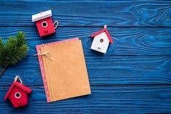 安置玩具装饰新年庆祝的圣诞树与毛皮树枝和笔记本在蓝色木 免版税库存照片