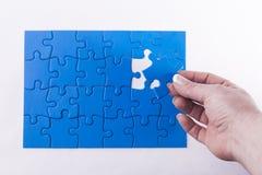 安置缺掉片断的妇女的手在七巧板符号化 库存照片