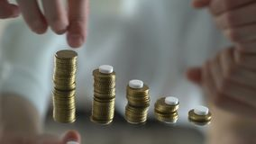 安置药片的男性手在硬币生长行,价格上涨医学的 股票视频