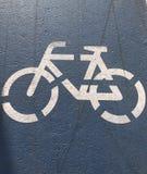 安置表明自行车道路的标记在连续轨道 免版税库存照片