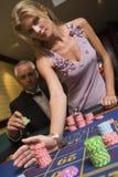 安置轮盘赌表的赌注夫妇 库存图片