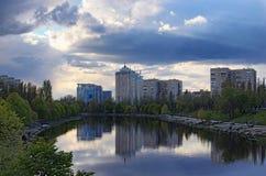 安置逗留 在第聂伯河的左边安静和舒适区域在基辅 在背景的多层的大厦 库存图片