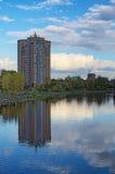 安置逗留 在第聂伯河的左边安静和舒适区域在基辅 多层的大厦在水中被反射 图库摄影