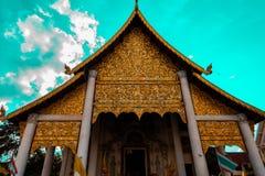 安置金黄菩萨的光彩的寺庙 免版税库存图片