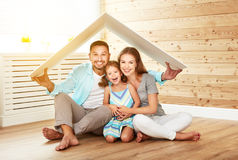 安置年轻家庭的概念 母亲父亲和孩子新的h的 库存图片