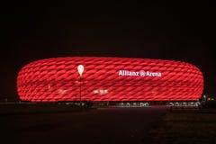 安联球场, FC拜仁橄榄球场,照亮在红色在晚上 免版税图库摄影