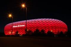 安联球场, FC拜仁橄榄球场,照亮在红色在晚上 免版税库存照片