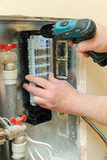 安装一个家庭供暖系统的开关 库存照片