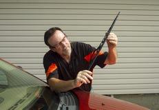 安装一个新的刮水片的技工 库存照片