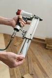 安装一个木地板 免版税库存照片