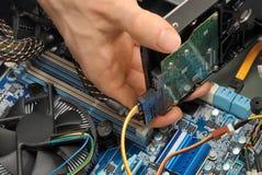 安装一个硬盘驱动器 免版税库存照片