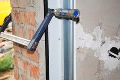 安装与金属持有人的车库门 免版税库存图片