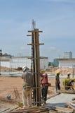 安装专栏木材模板的建筑工人 免版税库存图片