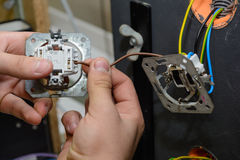 安装交换机-接近的电工 免版税库存图片