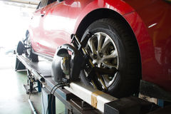 安装传感器的汽车修理师在停止调整期间 Whe 免版税库存照片