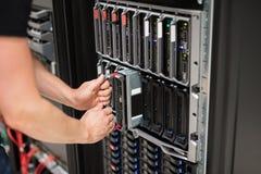 安装刀片服务器的计算机工程师在数据中心 免版税库存照片