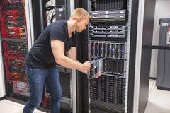 安装刀片服务器的计算机工程师在Datacenter 免版税库存照片