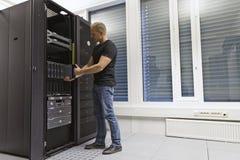安装刀片服务器的IT工程师 免版税库存照片