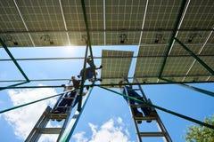 安装创新太阳能电池由工作者 免版税库存图片
