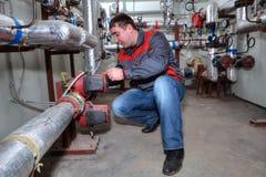 安装加热系统锅炉室的水管工 免版税库存照片