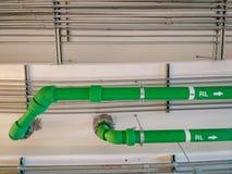 安装在大厦里面的排水设备管子 免版税库存照片