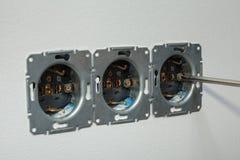 安装壁上插座 拧紧的螺丝 免版税图库摄影