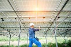 安装太阳照片流电盘区系统 库存图片