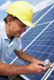 安装太阳电池板的人 免版税库存照片