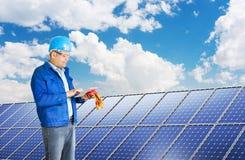 安装太阳电池板的工程师 免版税库存照片