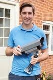 安装安全监控相机的工程师 库存图片
