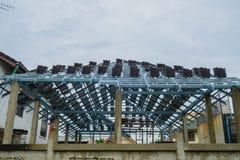 安装屋顶钢的结构新的大厦的工作者 免版税库存照片