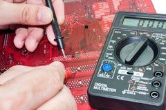 安装工修理电路板 图库摄影