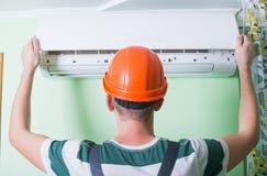 安装工安装空调 免版税库存图片