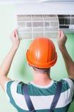 安装工安装空调 库存照片