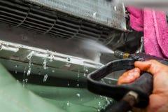 安装工定象和清洁空调器单位 免版税图库摄影