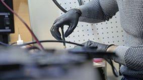 安装工拆卸的膝上型计算机主板 修理打破的膝上型计算机笔记本计算机的IT技术员 电子维修服务 影视素材