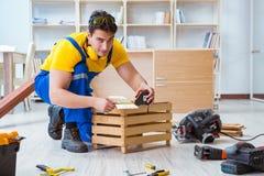 安装工木匠与木板板条和measurin一起使用 免版税库存图片