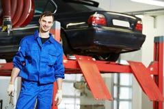 安装工汽车机械师在工作 库存照片