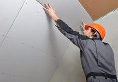 安装干式墙的人 免版税库存照片