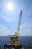 安装平台的大起重机船近海处 库存照片