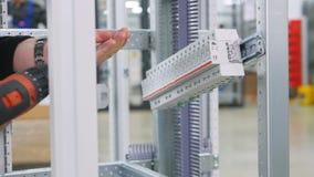 安装开关的专业电工在电子保险丝箱子 股票录像